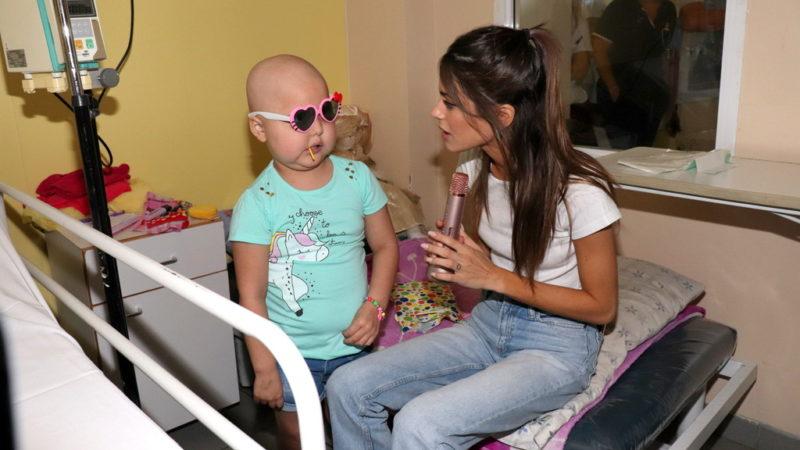 Tini Stoessel visitó y cantó para los niños de la Casa Cuna
