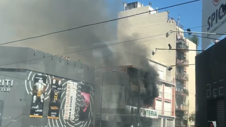 Bomberos combatían un incendio en una carpintería en Palermo