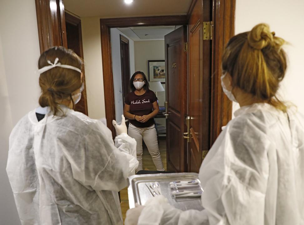 Cómo viven el aislamiento en hoteles los porteños infectados con Covid-19