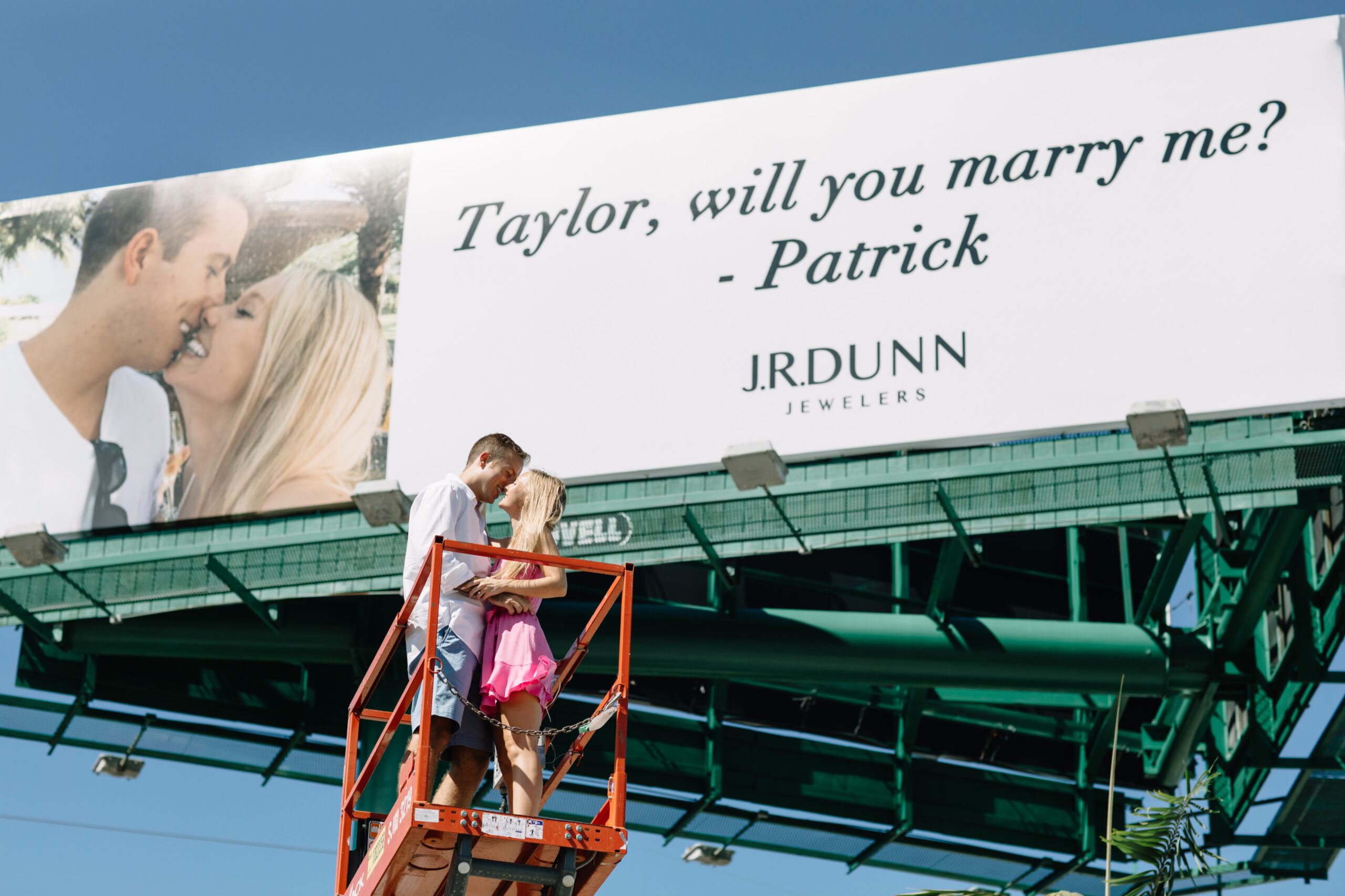 J.R. Dunn Jewelers regala una propuesta de matrimonio épica mediante una valla publicitaria