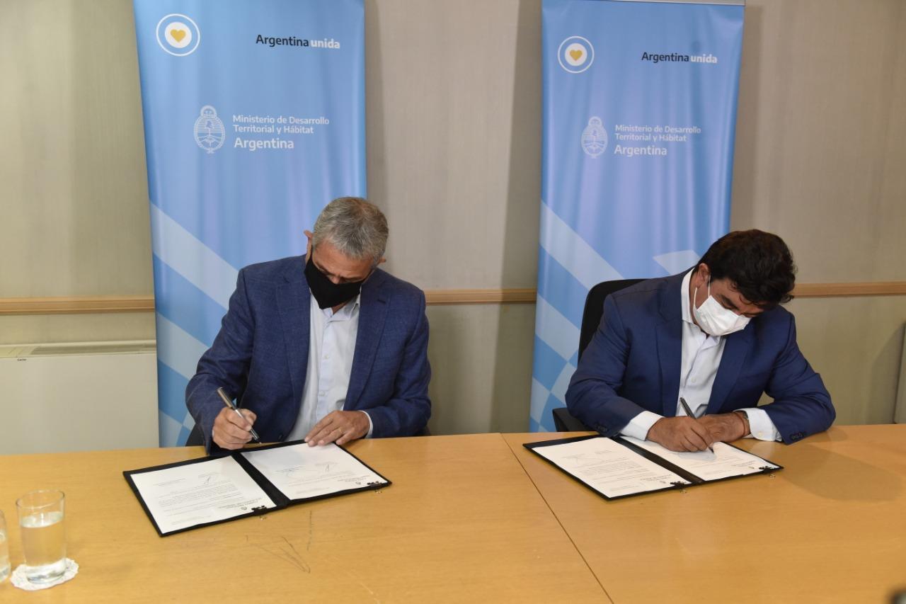 Fernando Espinoza firmó convenio con Jorge Ferraresi por nuevas viviendas