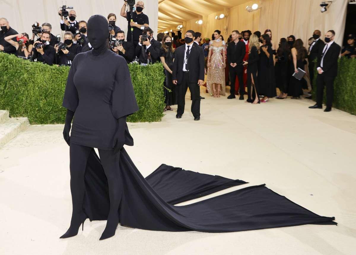 Kim Kardashian, tapada de pies a cabeza por Balenciaga