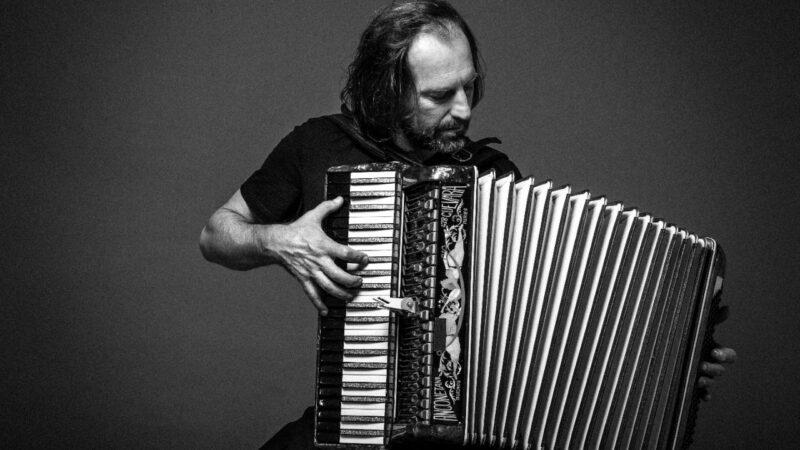 """""""Música y palabras"""" Chango Spasiuk en el teatro Chacarerean y el teatro Helios"""